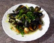 Miesmuscheln in pikantem Gemüsesud mit Knoblauch Möhren und Lauch