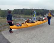 Unmittelbar neben der Staumauer können die Boote über den Staudamm getragen werden