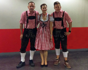 Köln 2015 - Die Lanxess-Arena ist erreicht. gleich geht es los. Ich bin kein freund dieser Verkleidungen, aber hier würde man auffalllen - und Spaß macht es so umso mehr!