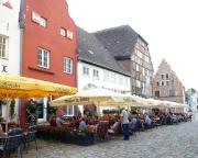 Kurztripp nach Wismar - Aber nicht nur auf dem Markt, auch direkt in den Gassen am Alten HAfen gibt es herrliche gemütliche Restaurants.