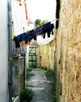 Stillleben aus alt, neu und interessant zwischen Stadtmauer und Wohnhäusern