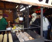 Jahreswechsel 2015 - 2016 in Prag - Der zweite Tag nähert sich dem Ende, hier bei tschechischen Süßgkeiten auf einem der vielen Weihnachtsmärkte.