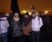 Jahreswechsel 2015 - 2016 in Prag - Kurz vor Mitternacht auf der Karlsbrücke - warten auf das Feuerwerk - Almuth, Vanessa und Max.
