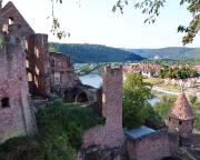 Unterwegs in den Burgbauten von Wertheim, hinten rechts der Mainhafen