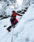 Thomas beginnt den Vorstieg über die zweite Steilstufe