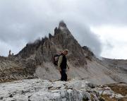 Peter beim Geocachen an der Drei Zinnen Hütte, im Hintergrund der Gipfel des Paternkofels, der ihm an diesem Tag dann doch zu hoch war.