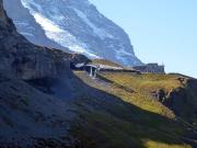 Blick zurück zur Station Eigergletscher und Nordflanke des Mönchs