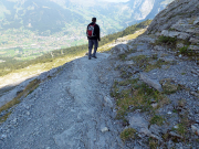 Wandern mit herrlichen Tiefblicken, hier auf Grindelwald