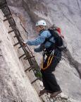 Alpspitz-Ferrata - Simone auf den ersten Sprossen des langen Leiteranstiegs