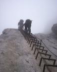 Alpspitz-Ferrata - im langen steilen Leiteransiteg, selbst im Nebel unverfehlbar