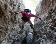 Nicht immer hat man gemütliche Leitern, hier zum Beispiel ist dann mal - aber gut gesichert - Spreiztechnik im Kamin gefragt.