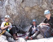 Höllental -  Dauer und Hitze ermüden - Rast in einer Höhlung unterhalb des Gipfels