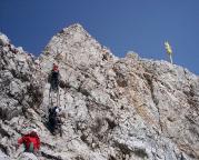 Vom Gipfel zur bebauten Plattform muss man dann aber nochmals aufpassen!