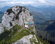 Der Buchstein mit der Tegernseeer Hütte, aufgenommen vom Gipfel des benachbarten Roßsteins.