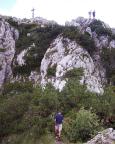 Hat man die steile Wand geschafft, geht es auf gemütlichem Pfad zum Gipfel.