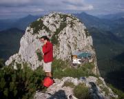 Blick vom Gipfel auf die Tegernseeer Hütte und den Buchstein.