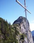 Blick vom Gipfelkreuz hoch zur Tegernseer Hütte