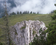 Wenn man sich auf der Steiganlage der Tegernseeer Hütte nähert, hat man wiederum diesen direkten Blick zum Gipfelkreuz.