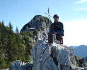Auf dem Gipfel, im Hintergrund die Tegernseeer Hütte.