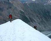 Der letzte steile Abstieg zur Ebene vor der Adlersruhe, im Hintergrund tief unten die Pasterze.