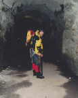 Im sicheren und etwas dunklen  Stollen des Gamsgrubenweges