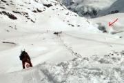 Der Pfeil weist auf die Gletscherspalten der Pitztaler Eisarena