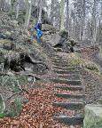 Blick von unten auf die steile Treppe ins Elbtal