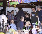 Prosit Neujahr 2005 - es wird auf das neue Jahr angestoßen