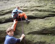 Wiese unterstützt Max bei der Kletterei am Hausbergwächter