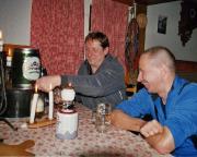 Der Eiskletterauftakt ist gelungen - das ist ein Grund zum feiern in der Hütte der Abendtürmer