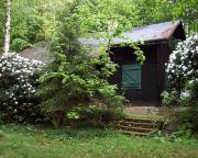 Mal wieder ein Bild der Vereinshütte – dieser tage des blühenden Rhododendrons besonders schön