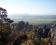 Traumhaftes Herbstwetter über den Felsen der Schrammsteinkette