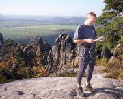 Vor dieser herrlichen herbstlichen Kulisse Ralf beim Gipfel- und Wegstudium