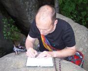 Stolz trägt sich Ralf in das Gipfelbuch ein