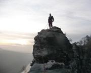 Steffen in kühler Abendstimmung auf dem Neurathener Felsentor