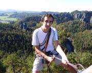 Am Abseilstand des Lamms, mit gigantischem Tief- und Fernblick auf die Rathener Felsenwelt und den Amselsee