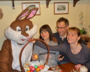 Beweis Nr. 2: Osterhase, mit einem Teil von uns im Gasthaus in Mittelndorf!