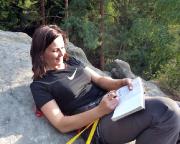 Almuth in der wohl gemütlichsten Gipfelhaltung beim Eintrag in das Gipfelbuch.