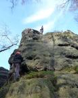 Wiese sichert, Almuth steigt in der Schartenkante des Saurier in den Schrammsteinen