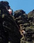Tour 07 - Katrin im Einstieg des Kamins im oberen Drittel des Alten Weges am Herkulesstein -