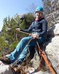 Almuth hat die Scharte der Zweiseillängentour erreicht und zieht das Seil zurück