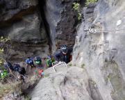 Der Aufstieg beginnt, Franzi hat den Einstieg gemeistert und nähert sich dem ersten Quergang
