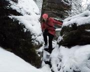 Almuth auf dem Felsenpfad von Khaa - reizvoll, im Winter aber teilweise auch heikel.