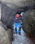 Aber mit Yaktrax, hier bei einem der Felsdurchgänge gut zu erkennen, steht man immer sicher