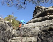 Ausstieg des Neuen Weges an der Kleinsteinwand, Fechi steigt die Reibung vor