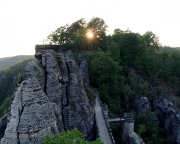 Sonnenuntergang hinter dem Massiv der Felsen der Bastei