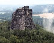 Blick von der Schrammsteinaussicht auf den verregneten Falkenstein