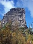Die mächtige Südflanke des Falkensteins, gut erkennbar der senkrechte Südriss