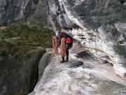 Volker im Quergang auf dem Band, links unten der Ausstieg der ersten Seillänge aus dieser Perspektive.