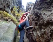 In der ersten kurzen Kletterei zu den Metallklammern - auch für Kinder geeignet, die aber unbedingt sichern!